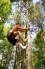Man climbing tre पेड़ पर चढ़ना
